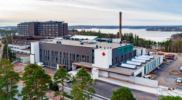 Koko sairaalasiipi ilmakuvana, taustalla vanhaa sairaalaosaa ja merta.