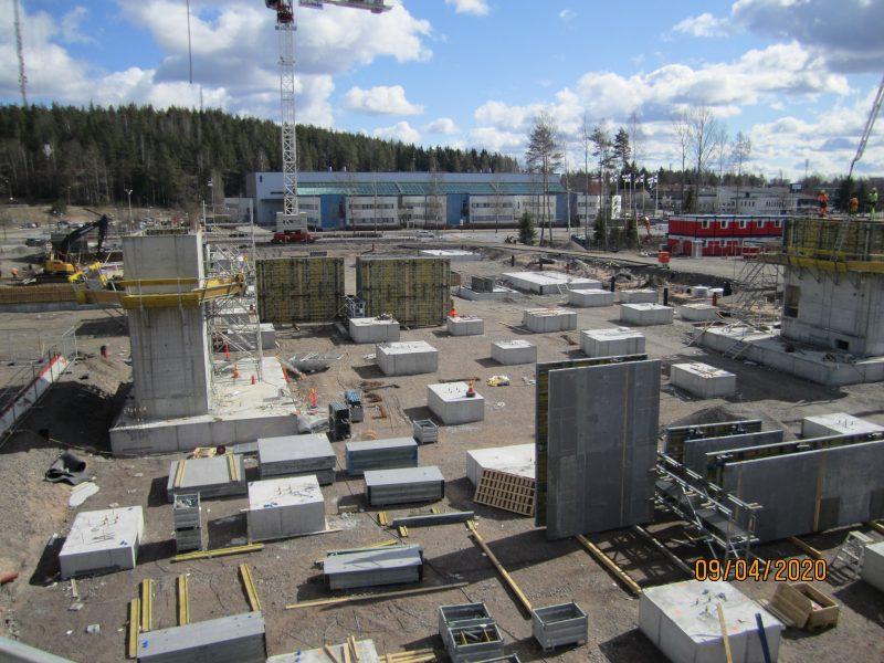 Laaja rakennustyömaa, jonka taustalla nosturi.