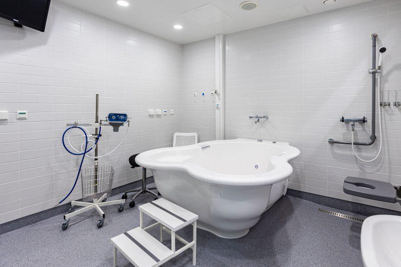 Ammehuone on kaakeloitu huone, jossa on suurikokoinen leveä amme.