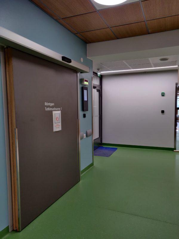 Tyhjä aula, jossa iso liukuovi.