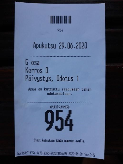 Tulostelappu, jossa teksti Apukutsu 29.6. *G osa, Kerros 0, Päivystys, Odotus 1 Apua on kutsuttu saapumaan tähän odotusaulaan. Apukutsunumero 954.