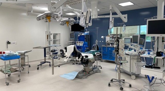 Suuri thjä leikkaussali, jossa leikkauspaikka ja leikkausvälineitä