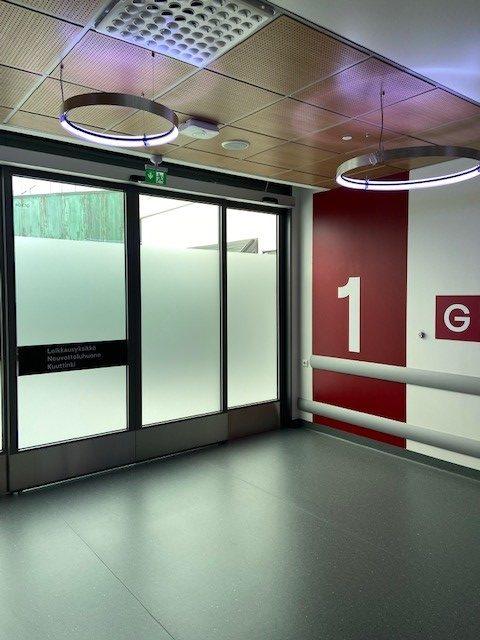 Moderni lasiovi tyhjässä aulassa