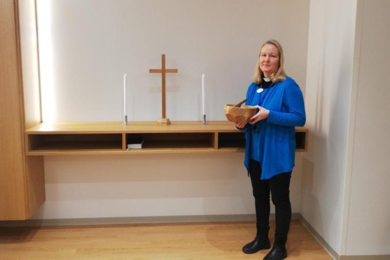 Sairaalapastori Hanna voi olla mukana kappelissa omaisten kanssa.